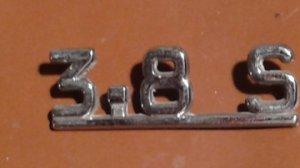Emblème 3.8 S  pour JAGUAR sur le coffre arrière. VENDU